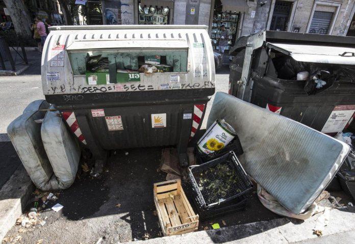 Rifiuti ingombranti abbandonati per strada a Roma