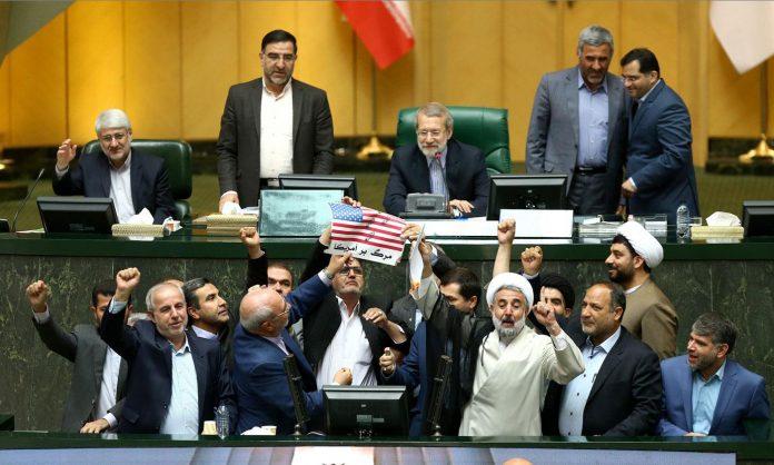 Nucleare, deputati iraniani bruciano bandiere Usa in parlamento