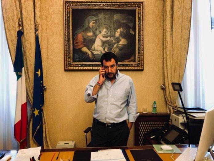 Salvini in ufficio
