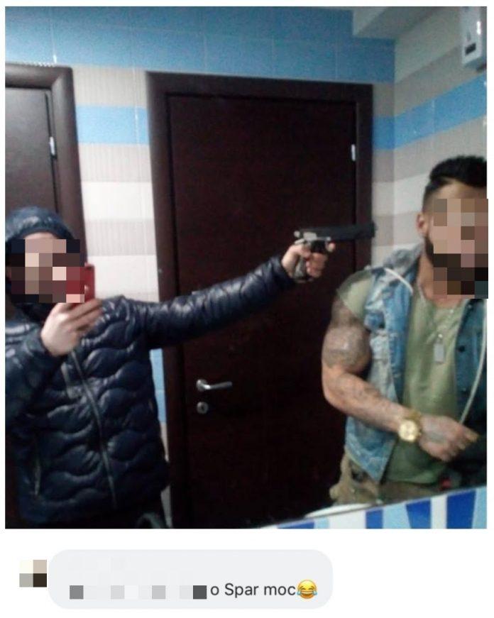 Foto social degli amici con la pistola puntata