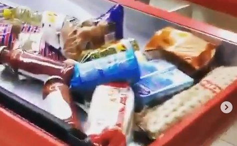 La merce portata alla cassa del supermercato a Napoli